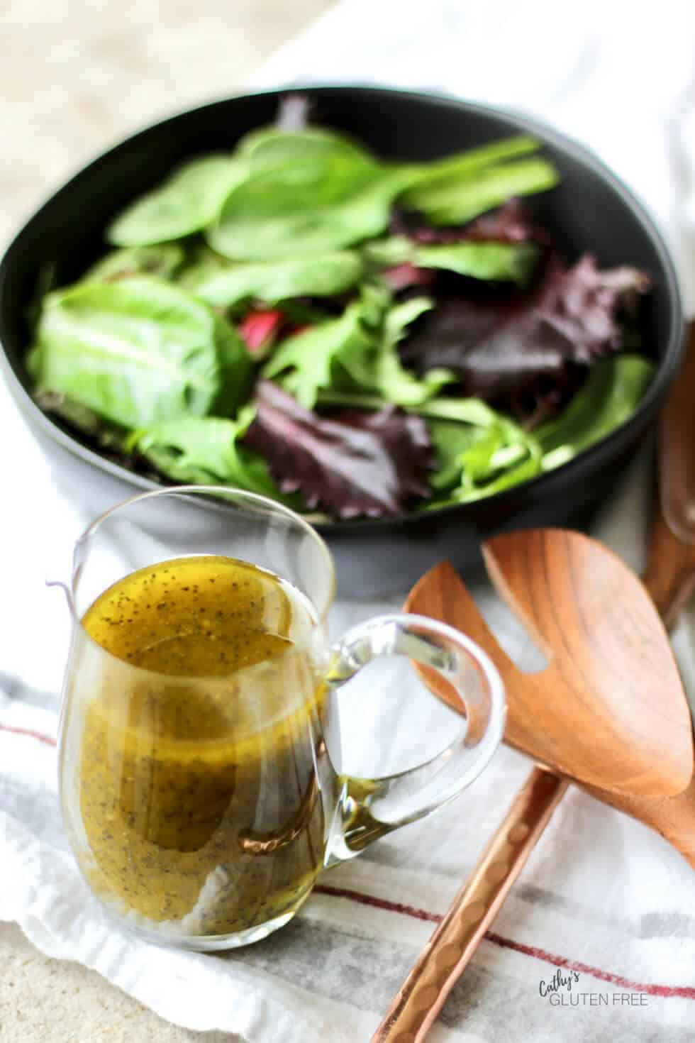 It's easy to make this refined sugar free poppy seed salad dressing recipe at home! #healthy #poppyseed #homemade